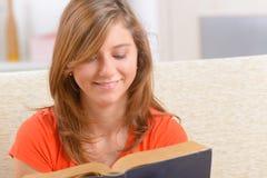 背景书创建了ps读取妇女 免版税库存照片