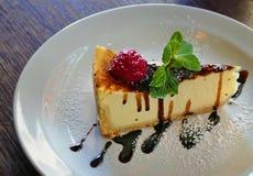 背景乳酪蛋糕查出的牌照白色 免版税库存图片