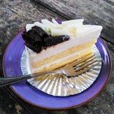 背景乳酪蛋糕查出的牌照白色 免版税库存照片