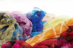 背景五颜六色的围巾丝绸白色 库存照片