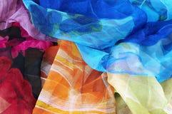 背景五颜六色的围巾丝绸白色 库存图片