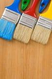 背景五颜六色的油漆刷木头 库存照片