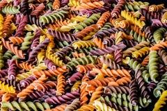 背景五颜六色的类似食物fusilli意大利意大利面食白色 通心面多色螺旋 特写镜头 图库摄影