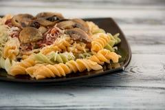 背景五颜六色的类似食物fusilli意大利意大利面食白色 免版税库存图片