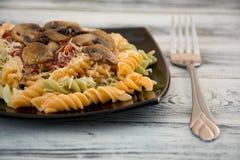 背景五颜六色的类似食物fusilli意大利意大利面食白色 免版税图库摄影