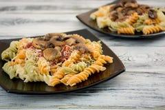 背景五颜六色的类似食物fusilli意大利意大利面食白色 免版税库存照片