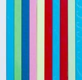 背景五颜六色镶边 另外颜色塑料炸弹棍子  库存图片