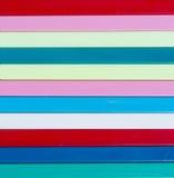 背景五颜六色镶边 另外颜色塑料炸弹棍子  免版税库存图片