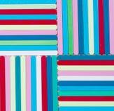 背景五颜六色镶边 另外颜色塑料炸弹棍子  免版税库存照片