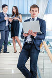 背景产生现有量的企业剪报包括了在路径屏幕解决方法的关键膝上型计算机货币 生意人成功的年轻人 免版税库存图片