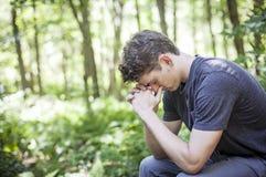 背景人祈祷的空白年轻人