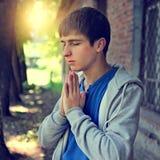 背景人祈祷的空白年轻人 免版税库存图片
