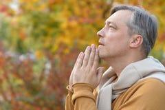 背景人祈祷的空白年轻人 免版税库存照片