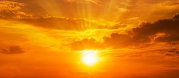 背景全景风景与一线希望和云彩的强的日出在橙色天空 免版税库存图片