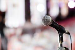 背景关闭查出白色的话筒音乐工作室 在mic的焦点 摘要被弄脏的会场或婚礼宴会在背景 事件概念 库存照片