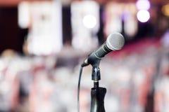 背景关闭查出白色的话筒音乐工作室 在mic的焦点 摘要被弄脏的会场或婚礼宴会在背景 事件概念 免版税库存照片