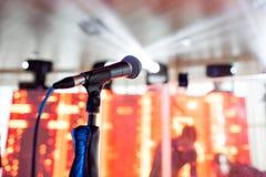 背景关闭查出白色的话筒音乐工作室 在mic的焦点 摘要被弄脏的会场或婚礼宴会在背景 事件概念 库存图片