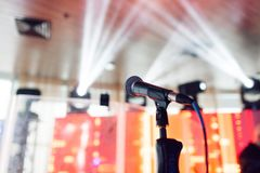 背景关闭查出白色的话筒音乐工作室 在mic的焦点 摘要被弄脏的会场或婚礼宴会在背景 事件概念 免版税图库摄影