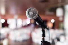 背景关闭查出白色的话筒音乐工作室 在mic的焦点 摘要被弄脏的会场或婚礼宴会在背景 事件概念 免版税库存图片