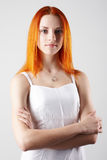 背景典雅的灰色轻的妇女年轻人 免版税库存照片