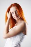 背景典雅的灰色轻的妇女年轻人 库存照片