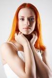 背景典雅的灰色轻的妇女年轻人 库存图片