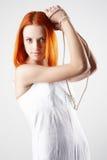 背景典雅的灰色轻的妇女年轻人 免版税库存图片