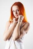 背景典雅的灰色轻的妇女年轻人 图库摄影