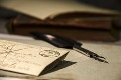 背景几何老装饰品纸张葡萄酒 老信件和翎毛钢笔 库存图片