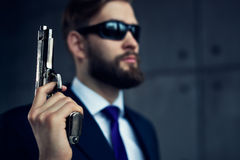 背景危险在白色的枪人 免版税库存图片