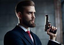 背景危险在白色的枪人 库存照片
