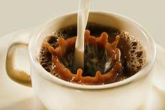 背景咖啡倾吐的飞溅白色 库存照片