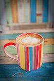 背景咖啡杯减速火箭的数据条 库存照片