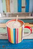 背景咖啡杯减速火箭的数据条 库存图片