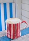 背景咖啡杯减速火箭的数据条 免版税库存照片