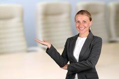 背景商业查出在存在微笑的白人妇女 欢迎! 库存照片