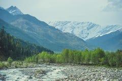 背景喜马拉雅雪山和白色云彩的Beas河 免版税库存照片