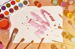 背景图象在水彩绘画和艺术上的表示兴趣 一张被绘的纸片,围拢由刷子,瓶子waterc 免版税库存照片