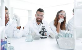 背景图象是一个小组科学家微生物学家 免版税库存照片