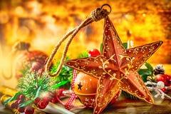 背景圣诞节关闭红色时间 圣诞节星和装饰 圣诞节在木背景的边界设计 圣诞节门铃杉树 库存图片
