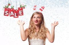 背景圣诞节女孩愉快的销售额购物白色 美丽的womanin圣诞老人帽子和手套 库存照片