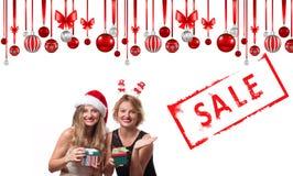 背景圣诞节女孩愉快的销售额购物白色 节假日 圣诞老人帽子的美丽的女孩 免版税库存照片