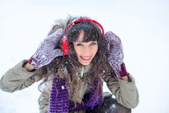 背景圣诞节女孩愉快的销售额购物白色 红色露指手套和白色毛线衣冬天背景的与雪,情感美丽的惊奇的妇女 滑稽的笑声wom 库存图片