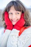 背景圣诞节女孩愉快的销售额购物白色 红色露指手套和白色毛线衣冬天背景的与雪,情感美丽的惊奇的妇女 滑稽的笑声wom 免版税库存图片