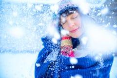 背景圣诞节女孩愉快的销售额购物白色 红色露指手套和白色毛线衣冬天背景的与雪,情感美丽的惊奇的妇女 滑稽的笑声wom 库存照片