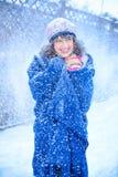 背景圣诞节女孩愉快的销售额购物白色 红色露指手套和白色毛线衣冬天背景的与雪,情感美丽的惊奇的妇女 滑稽的笑声wom 图库摄影