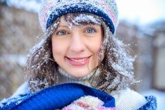 背景圣诞节女孩愉快的销售额购物白色 红色露指手套和白色毛线衣冬天背景的与雪,情感美丽的惊奇的妇女 滑稽的笑声wom 免版税图库摄影