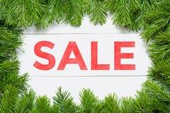 背景圣诞节女孩愉快的销售额购物白色 在一个木板的杉树框架 免版税库存照片