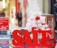 背景圣诞节女孩愉快的销售额购物白色 免版税库存照片