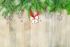 背景圣诞节新年度 圣诞节戏弄,在木背景的绿色杉树 生活新的仍然年 库存照片